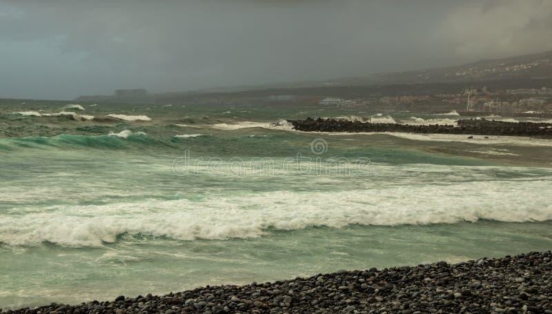 Benijo, Tenerife Hiszpania, Czerwiec, - 22, 2015: Naturalna piasek plaża Popularny miejsce dla lokalnych ludzi i turystów Powulka obraz royalty free