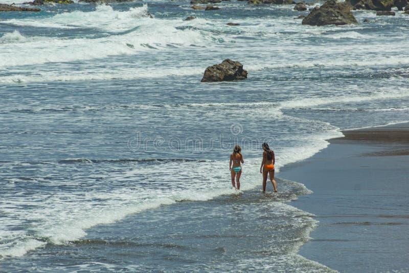 Benijo, Tenerife, Spanje - Juni 22, 2015: Natuurlijk zandstrand Populaire plaats voor plaatselijke bevolking en toeristen Vulkani stock foto