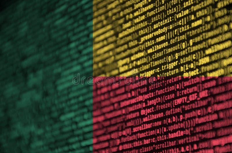 Benin de vlag wordt afgeschilderd op het scherm met de programmacode Het concept moderne technologie en plaatsontwikkeling royalty-vrije stock foto's