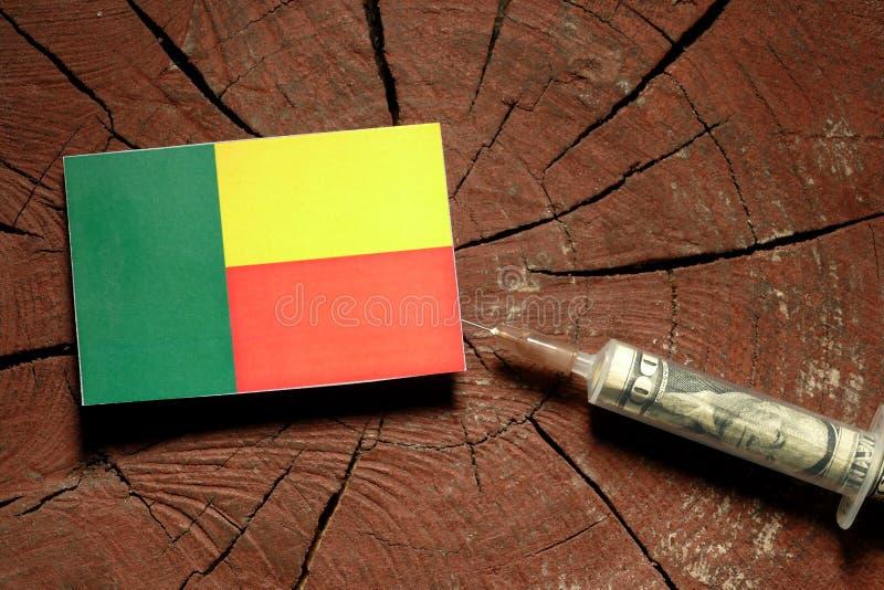 Download Benin-Flagge Auf Einem Stumpf Mit Der Spritze, Die Geld Einspritzt Stockfoto - Bild von dosis, benin: 96934650