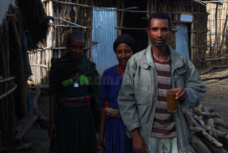 Benishangul Gumuz, Ethiopië: De familie van kolonisten stelt voor hun huis stock afbeelding