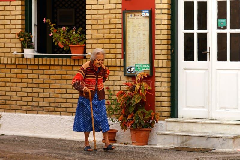 BENITSES, GRÈCE, LE 19 OCTOBRE 2018, une gentille vieille dame fait un tour photo libre de droits