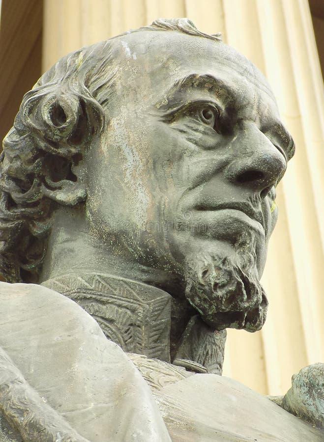 Benjamin Disraeli staty utanför St Georges Hall i Liverpool royaltyfri foto
