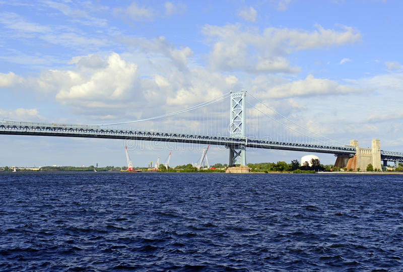 Benjamin Franklin Bridge, chamado oficialmente Ben Franklin Bridge, medindo o Rio Delaware que adere a Philadelphfia fotos de stock royalty free