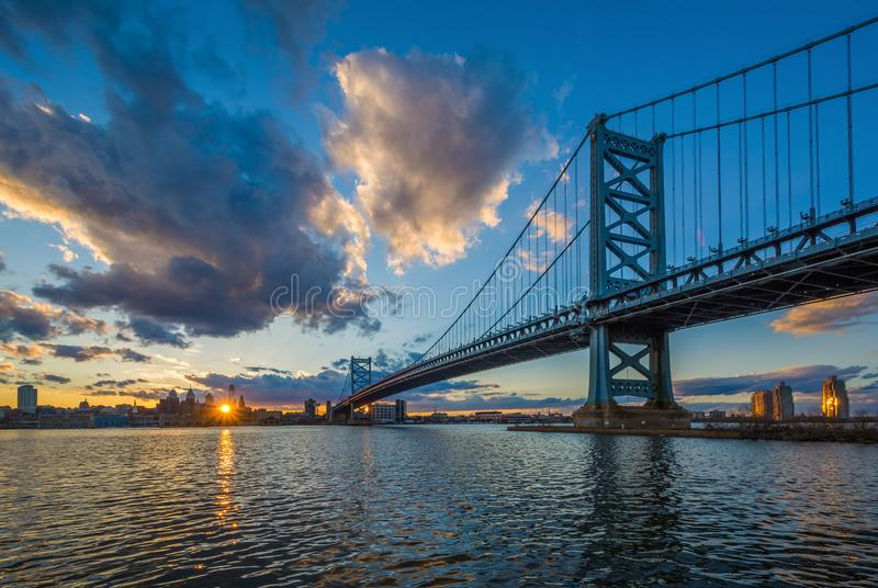 Benjamin Franklin Bridge e e o Rio Delaware no por do sol, visto de Camden, New-jersey fotos de stock