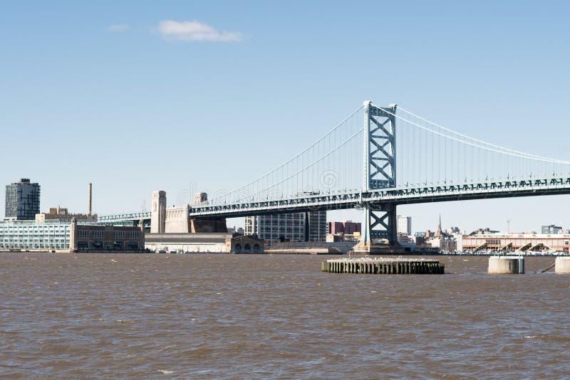 Benjamin Franklin-brug over modderige rivier stock afbeelding
