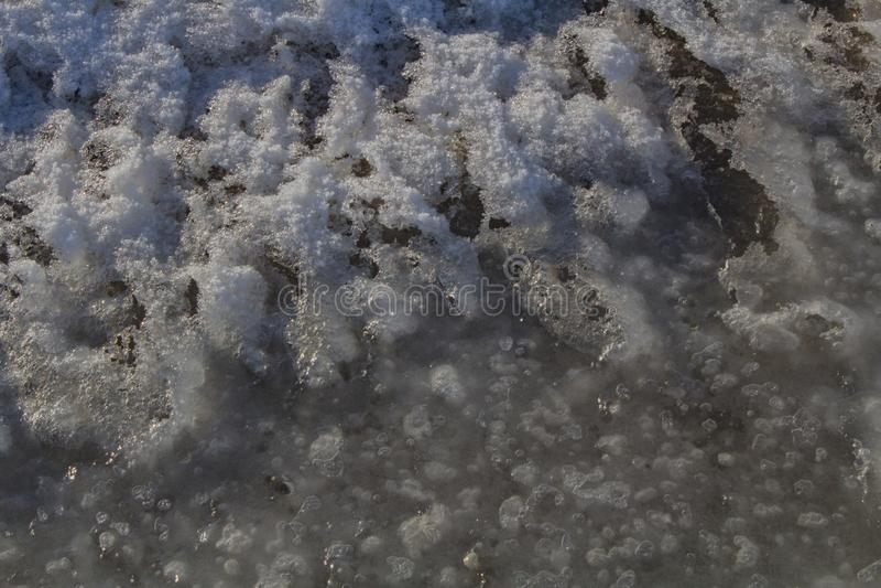 1/27/2018Benjamin, Utah/USA--Ijskappen langs de rand die van het Meer van Utah worden gestapeld tot een rustig gevoel leiden dat royalty-vrije stock afbeelding