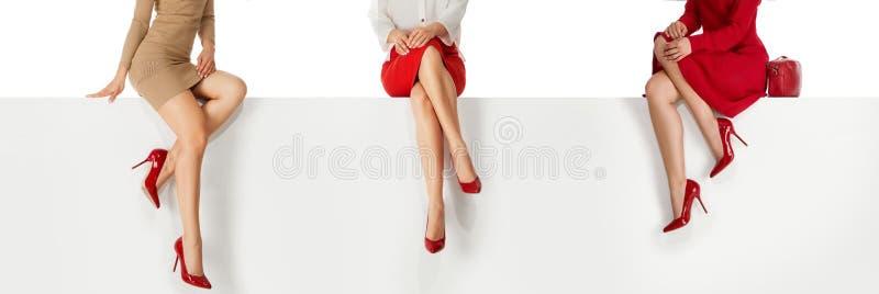 Benkvinnan som b?r h?ga h?l, skor sammantr?de p? b?nk arkivbild