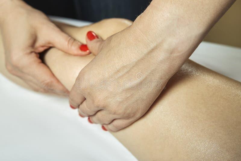 Benmassage i terapisalong arkivfoto