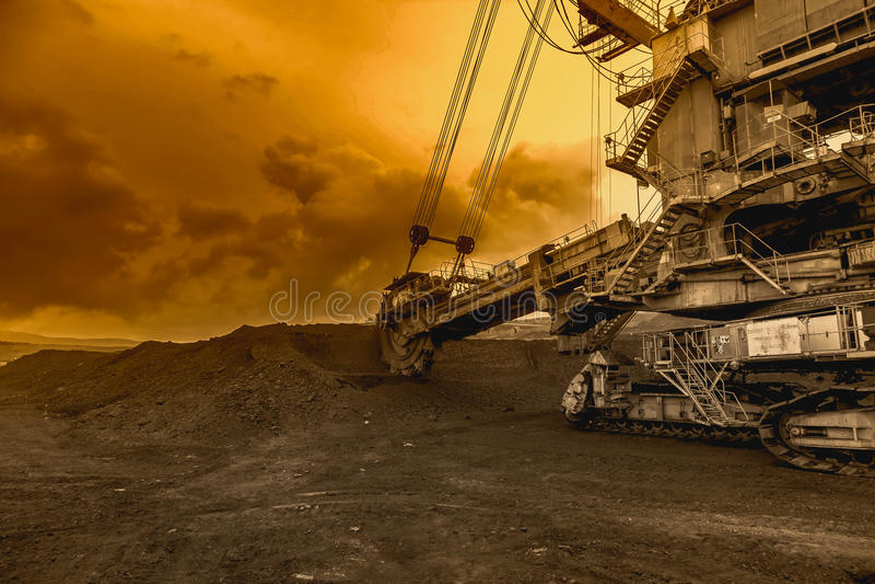 Benna da scavo gigante in cielo di tramonto fotografia stock