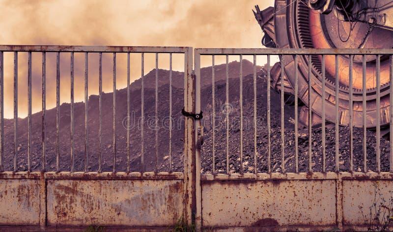 Benna da scavo gigante per la scavatura della lignite dietro un portone del ferro immagine stock libera da diritti