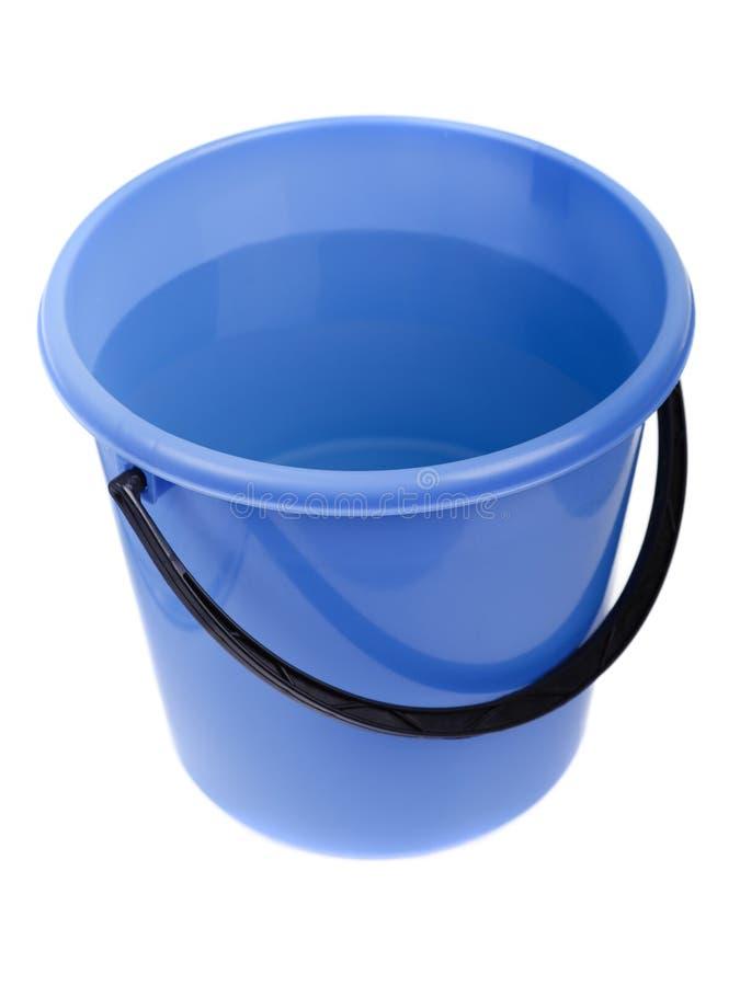 Benna di plastica piena dell'acqua immagine stock