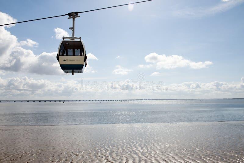 Benne suspendue au-dessus du Tage à Lisbonne, Portugal image libre de droits