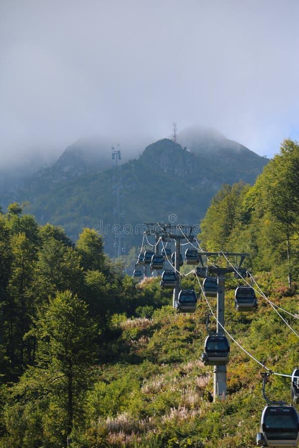Benne suspendue dans le Caucase photos stock
