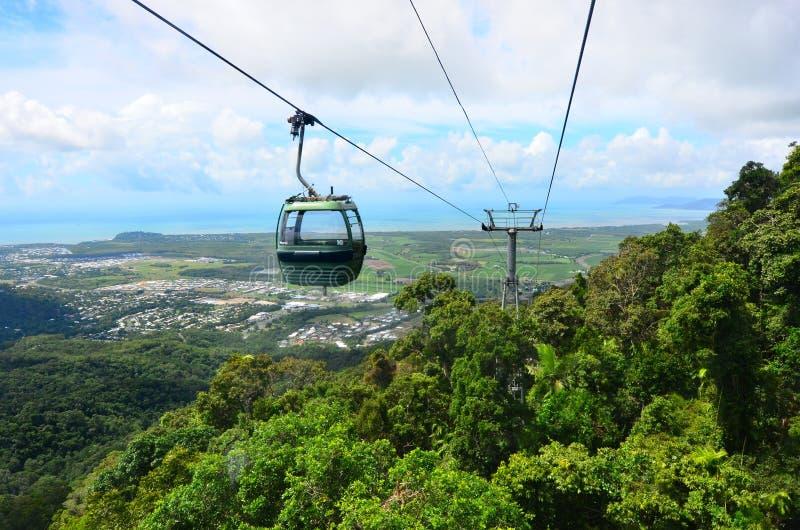 Benne suspendue de forêt tropicale de Skyrail au-dessus de Barron Gorge National Park Que photos libres de droits