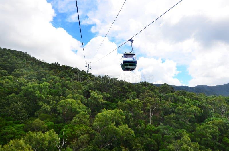 Benne suspendue de forêt tropicale de Skyrail au-dessus de Barron Gorge National Park Que image libre de droits