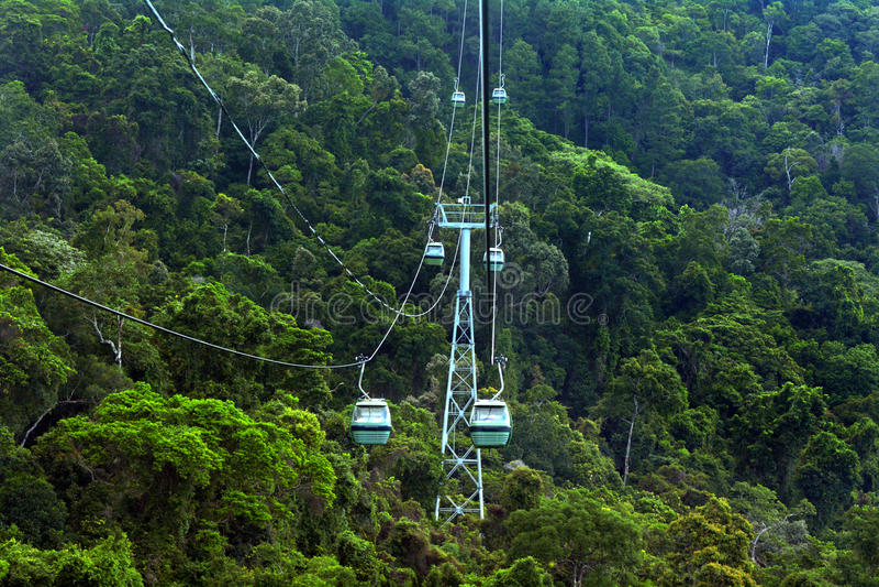 Benne suspendue de forêt tropicale de Skyrail au-dessus de Barron Gorge National Park Que photographie stock