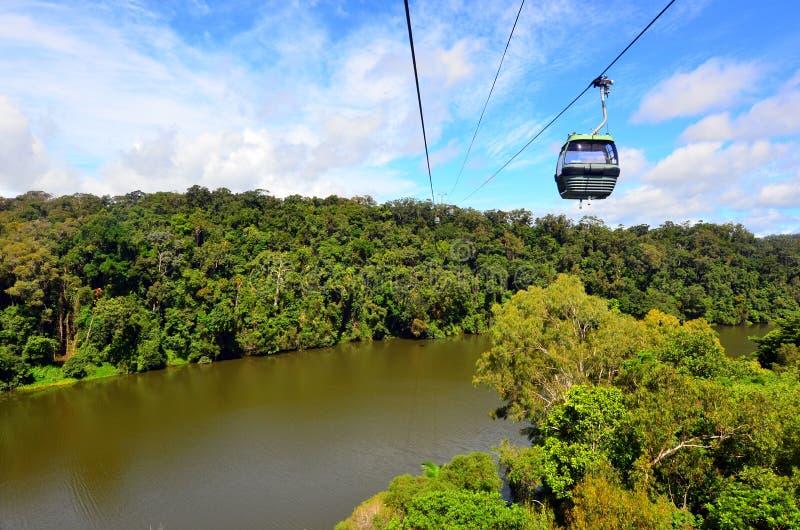 Benne suspendue de forêt tropicale de Skyrail au-dessus de Barron Gorge National Park Que photos stock