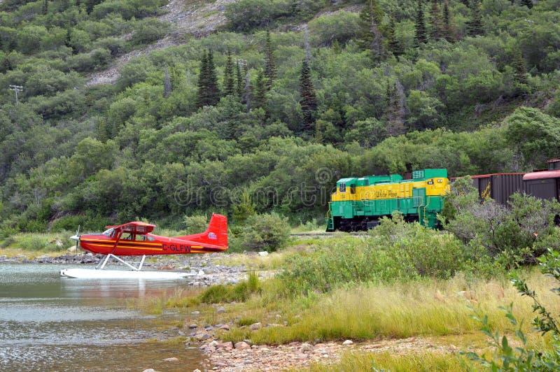 Bennet湖,育空:浮游物飞机和白色通行证火车 图库摄影