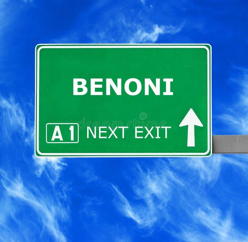 BENONI-verkeersteken tegen duidelijke blauwe hemel stock foto's