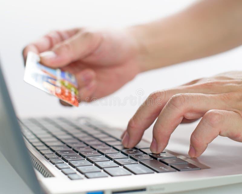 Bens da compra através do cartão de crédito do uso do Internet imagens de stock
