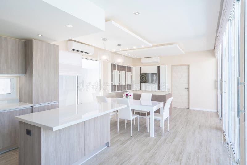 Bens imobiliários, design de interiores luxuoso na sala de visitas de casas de campo da associação Espaço pairoso e brilhante com fotos de stock royalty free