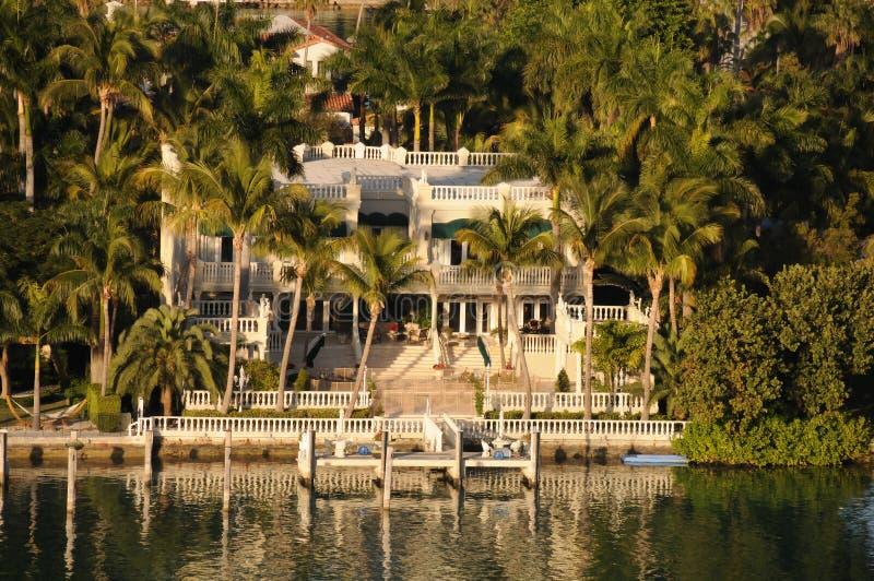 Bens imobiliários do beira-rio luxuoso fotos de stock royalty free