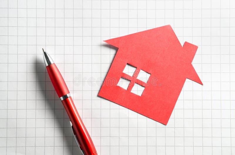 Bens imobiliários e conceito de venda ou de compra das casas imagens de stock royalty free