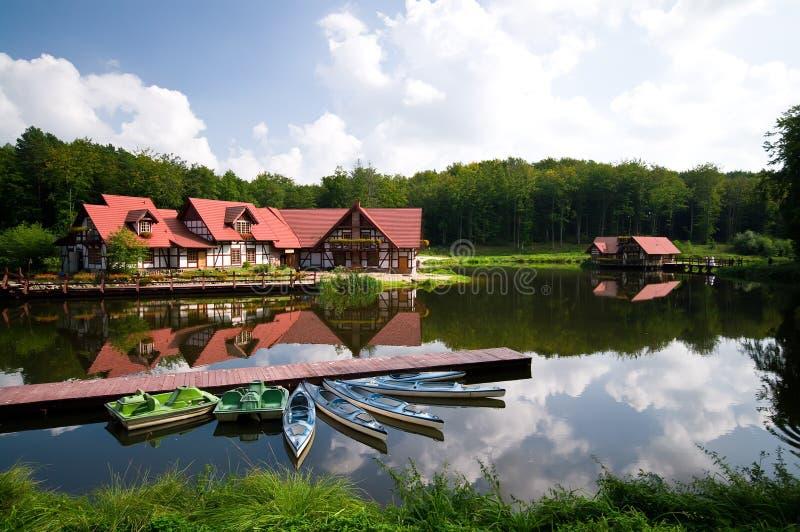 Bens imobiliários na água foto de stock royalty free