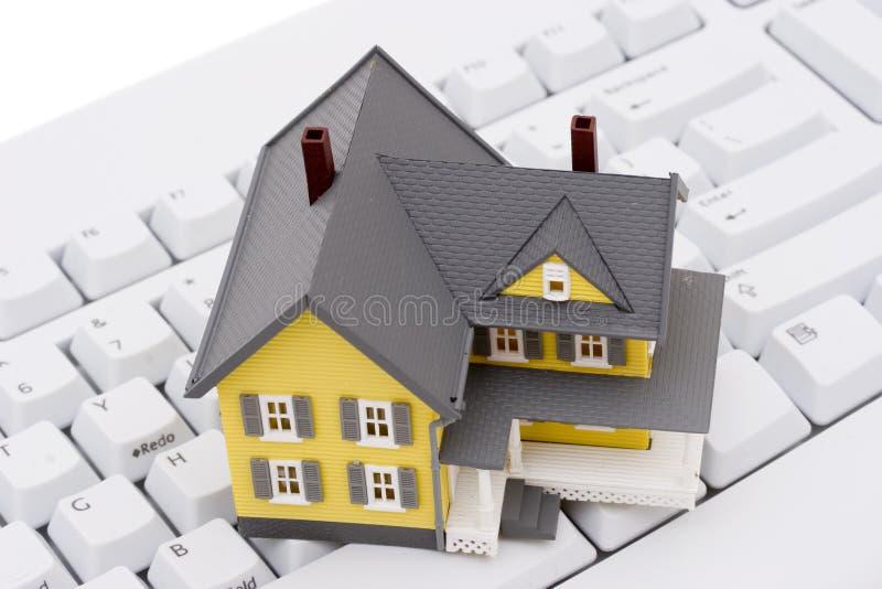 Bens imobiliários no Internet imagem de stock royalty free