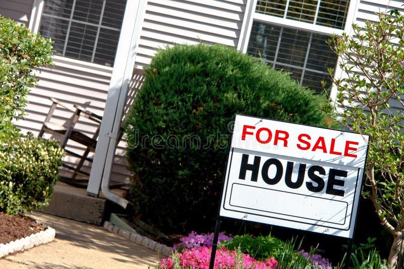 Bens imobiliários para o sinal e a casa da venda fotografia de stock