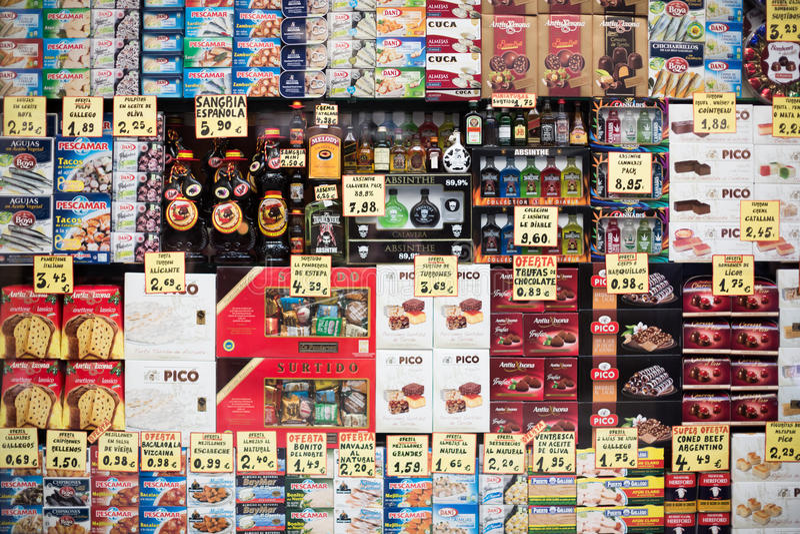 Bens na exposição da mercearia ordinária em Barcelona imagem de stock