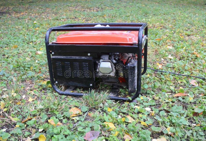 BensinPortablegenerator Stäng sig upp på den mobila reserv- generatorn i trädgården Standby-generator - utomhus- maktutrustning royaltyfri foto