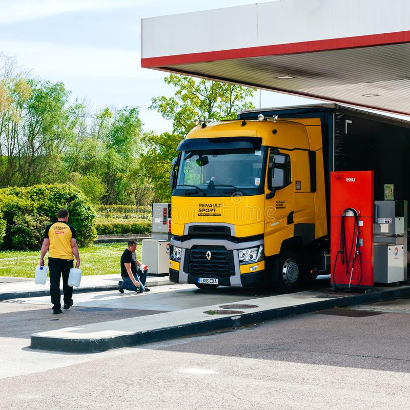 Bensinstation f?r lag f?r Renault T520 gul lastbilformel 1 arkivbild