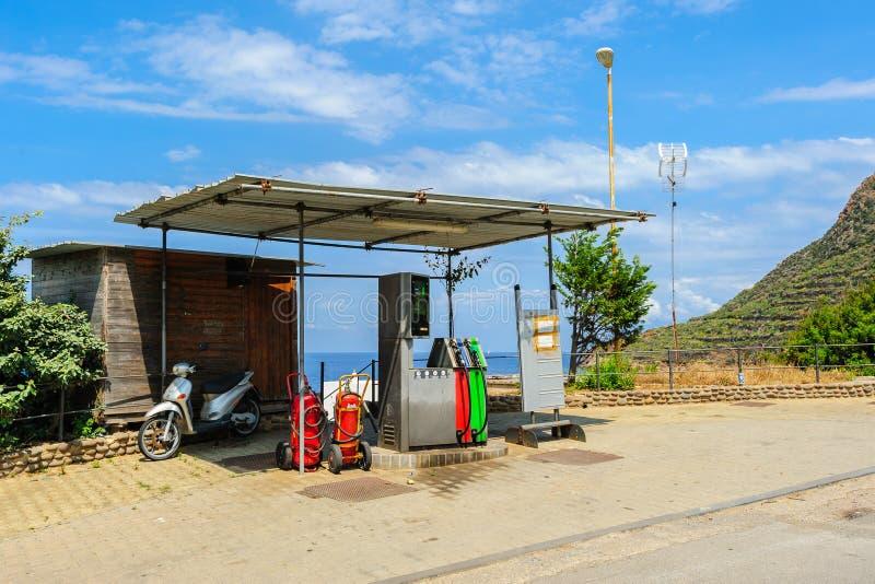 Bensinstation på den Filicudi ön, Sicilien, Italien fotografering för bildbyråer