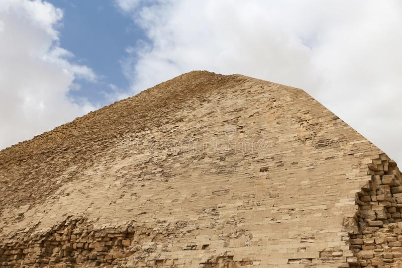 Bent Pyramid i nekropol av Dahshur, Kairo, Egypten arkivfoton