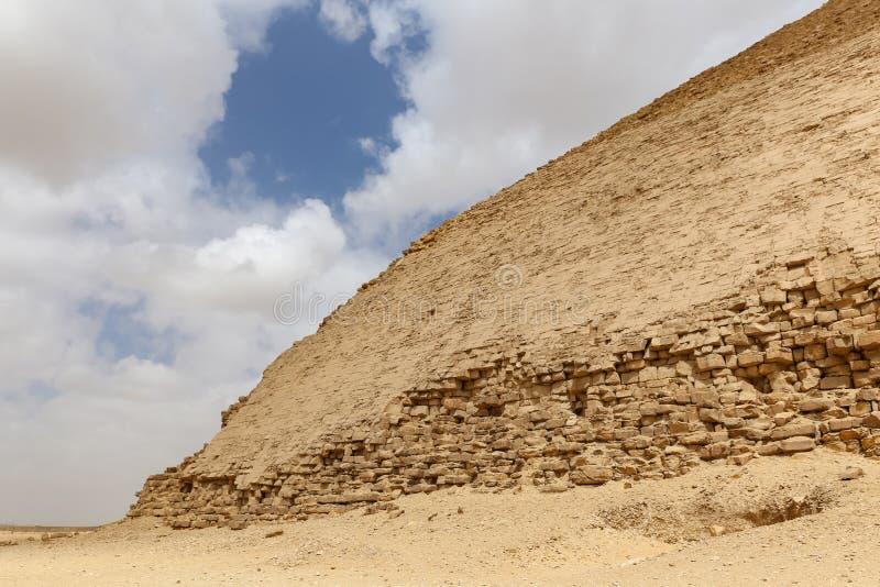 Bent Pyramid i nekropol av Dahshur, Kairo, Egypten royaltyfri bild