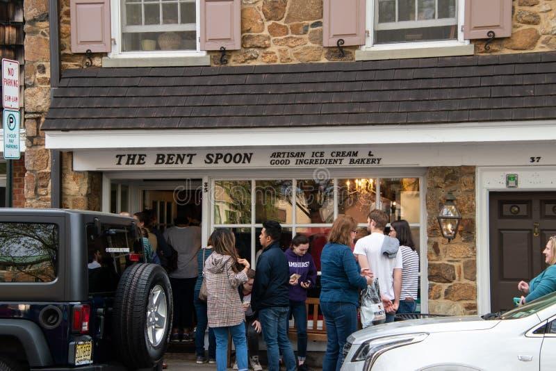 Bent Spoon es una tienda de helado popular con los estudiantes y los turistas situados en esta ciudad universitaria pintoresca fotos de archivo