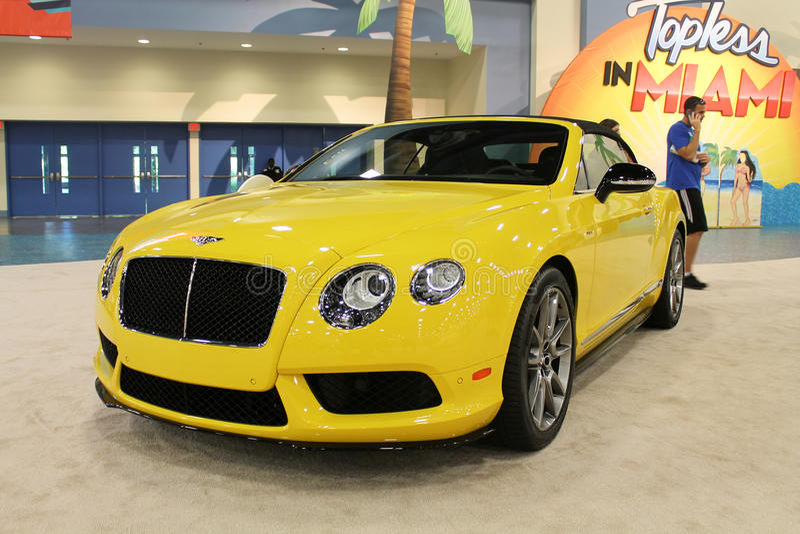 Bentley amarelo 2015 imagens de stock