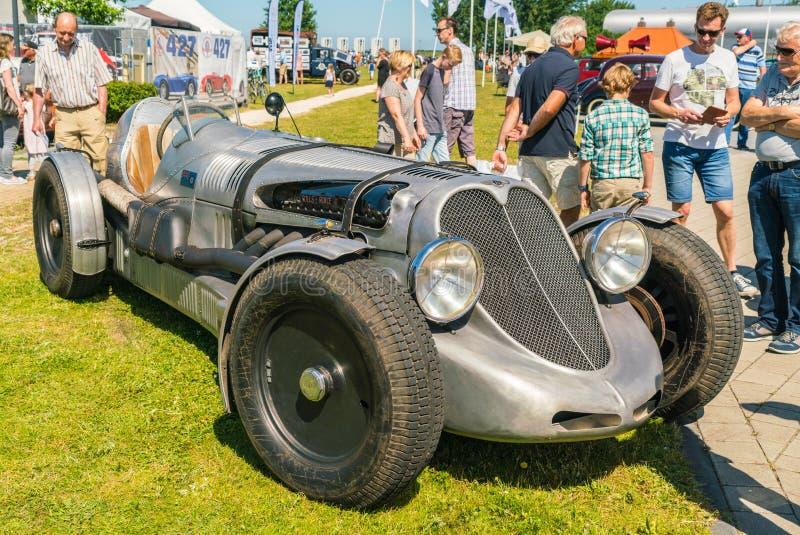 Bentley Oldtimer mit Rolls Royce-Flugzeugmaschine am jährlichen nationalen Oldtimertag in Lelystad stockbilder