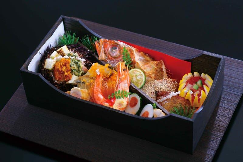 Bento di frutti di mare nello stile giapponese con l'uovo del limone del pesce del gamberetto immagini stock