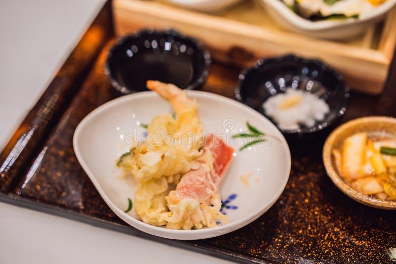 Bento upps?ttning av r?katempura- och h?nateriyaki i japansk restaurang royaltyfri fotografi