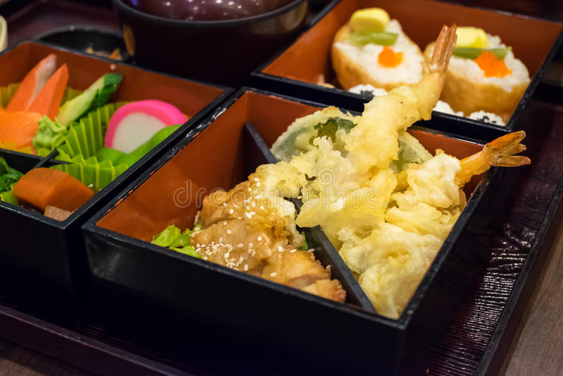 Bento ustawiający krewetka kurczaka i tempura teriyaki zdjęcie royalty free