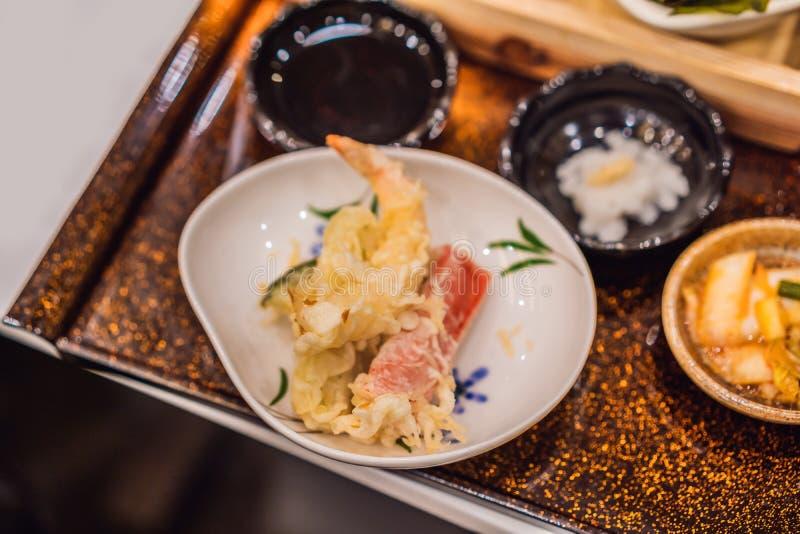 Bento ustawiaj?cy krewetka kurczaka i tempura teriyaki w japo?skiej restauraci zdjęcia royalty free