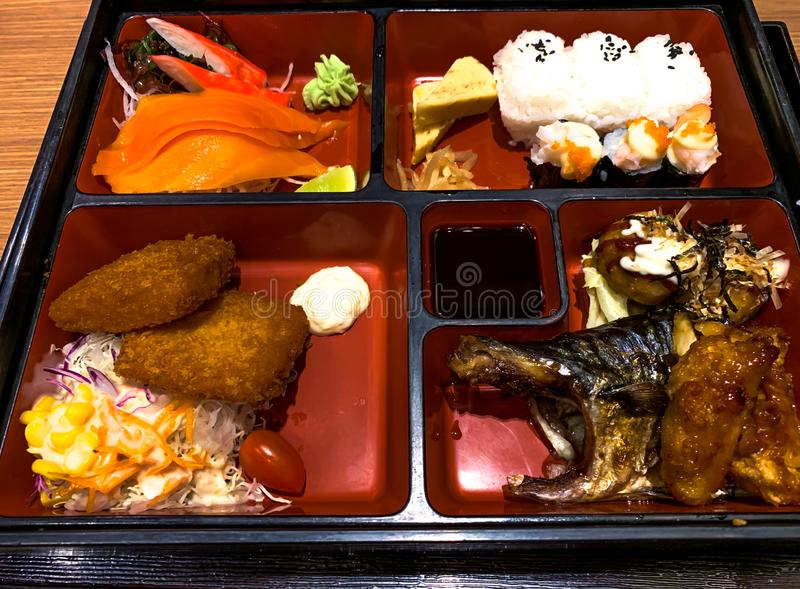 Bentodoos - Sushi, Salade, zalm en Maaltijd stock foto