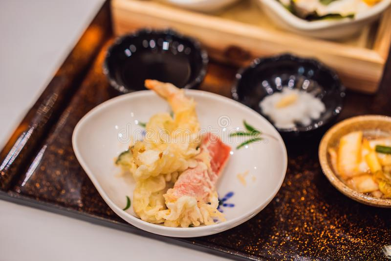 Bentoreeks van garnalentempura en kippenteriyaki in Japans restaurant royalty-vrije stock fotografie