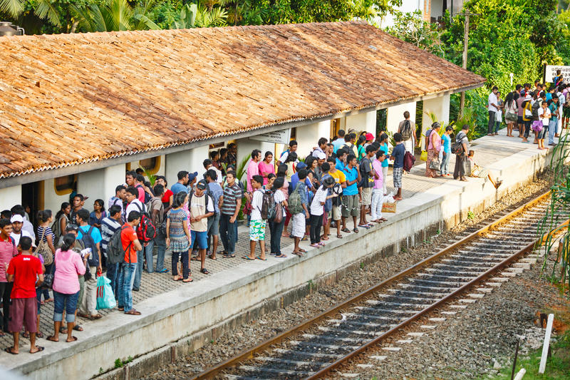 BENTOTA, ΣΡΙ ΛΑΝΚΑ - 28 ΑΠΡΙΛΊΟΥ 2013: Οι άνθρωποι περιμένουν ένα τραίνο στο rai στοκ φωτογραφία