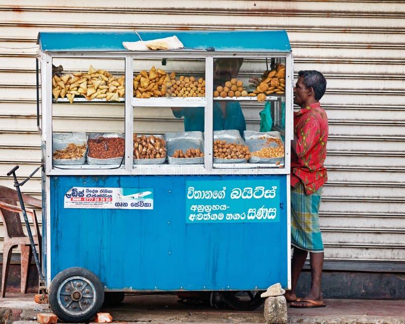 BENTOTA, ΣΡΙ ΛΑΝΚΑ - 27 ΑΠΡΙΛΊΟΥ: Το άτομο αγοράζει τα τρόφιμα στο μικρό φορητό στρεπτόκοκκο στοκ φωτογραφίες