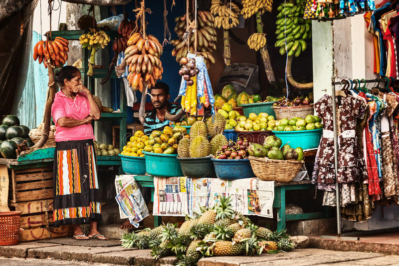 BENTOTA, SRI LANKA - 27 APRIL: De verkopers in straatwinkel verkopen vers F royalty-vrije stock afbeelding