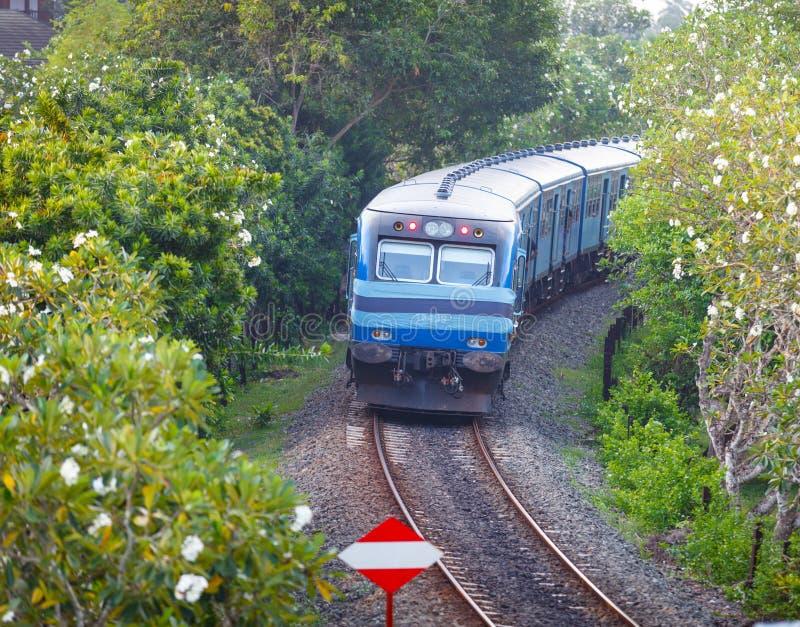 BENTOTA, SRI LANKA - 28 DE ABRIL DE 2013: Classe nova S das estradas de ferro de Sri Lanka foto de stock royalty free